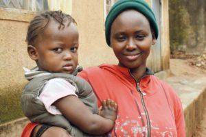 Kongolainen Chantal pitää nuorta tytärtään sylissään.