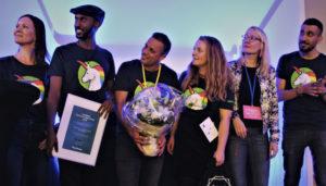 Startup Refugees -verkoston edustajat vastaanottamassa Vuoden kotoutumisteko 2018 -tunnustusta