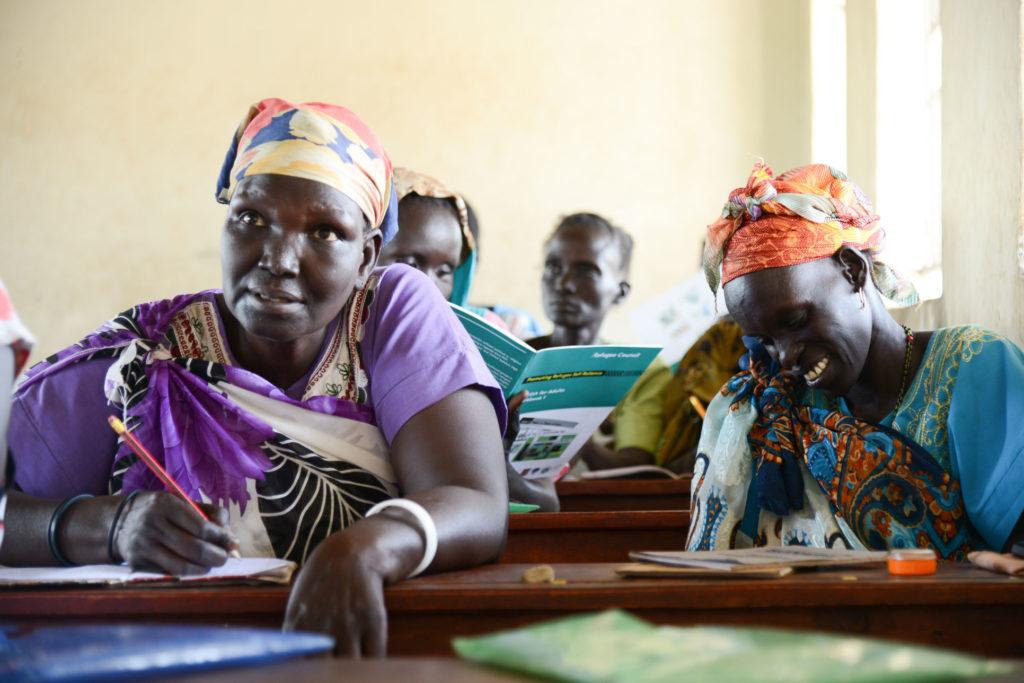 Pakolaisavun toiminnallisen lukutaidon kurssilla Adjumanin pakolaisasutusalueella Ugandassa, pakolaiset oppivat englantia.