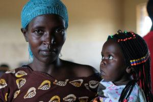 Kongolainen pakolainen Antoinette lapsensa kanssa Pakolaisavun toiminnallisen lukutaidontunnilla Ugandassa
