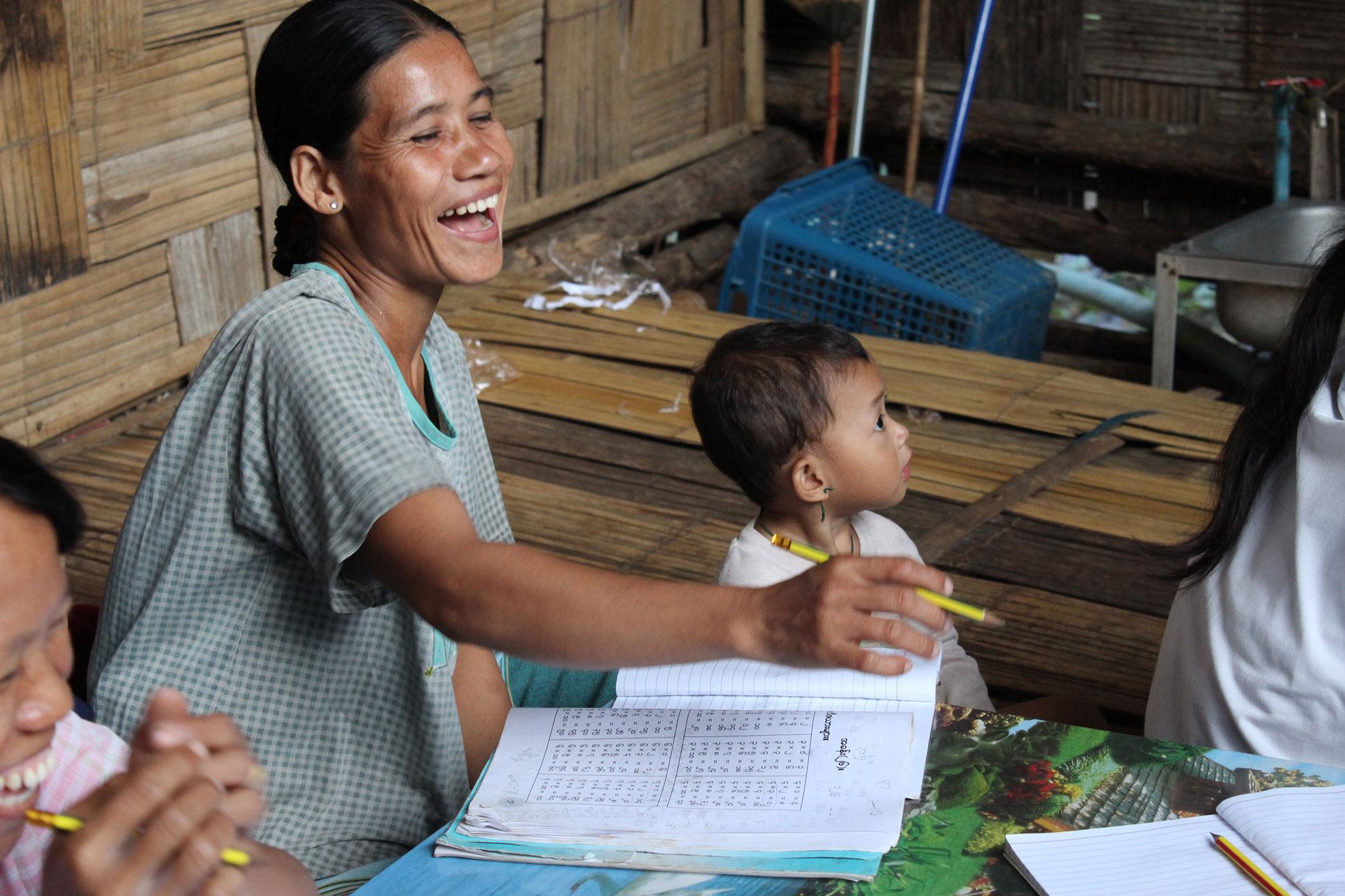 Myanmarilaisten pakolaisia pakolaisleireillä Thaimaassa.