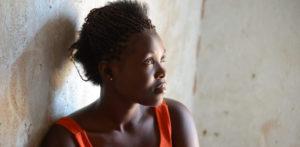 Mwavita istuu perustamassaan kauneussalongissa, hän pakeni Kongosta ja asuu Kyangwalin pakolaisasutusalueella Ugandassa