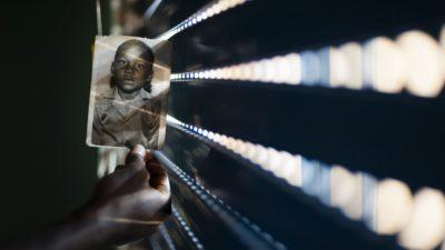 Valokuva pakolaislapsesta, kuvapankkikuva