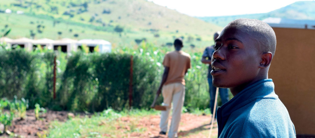 Kongolainen Klina Pakolaisavun ylläpitämällä nuorisokeskuksen kasvimaalla