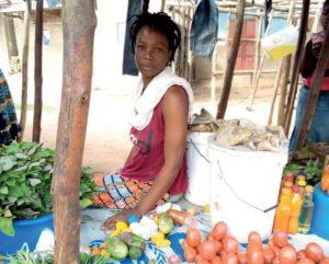 Kongolainen pakolaisnainen Sarah istuu torilla Ugandassa