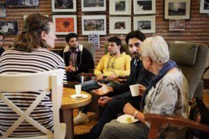 Pakolaisavun Kaveriksi-tapahtumassa olevia henkilöitä juttelemassa
