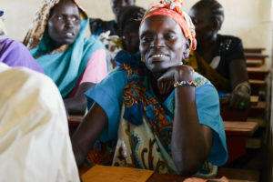 Oppilas istuu Pakolaisavun englannin kurssilla Adjumanin pakolaisasutusalueella Ugandassa