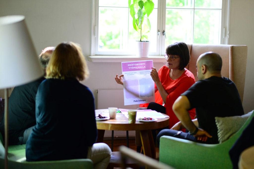 Sauma-hankkeen vapaaehtoiset työelämämentorit keskustelevat kokemuksistaan kodikkaassa olohuoneessa