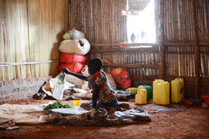 Pakolaislapsi asutusalueella Ugandassa.