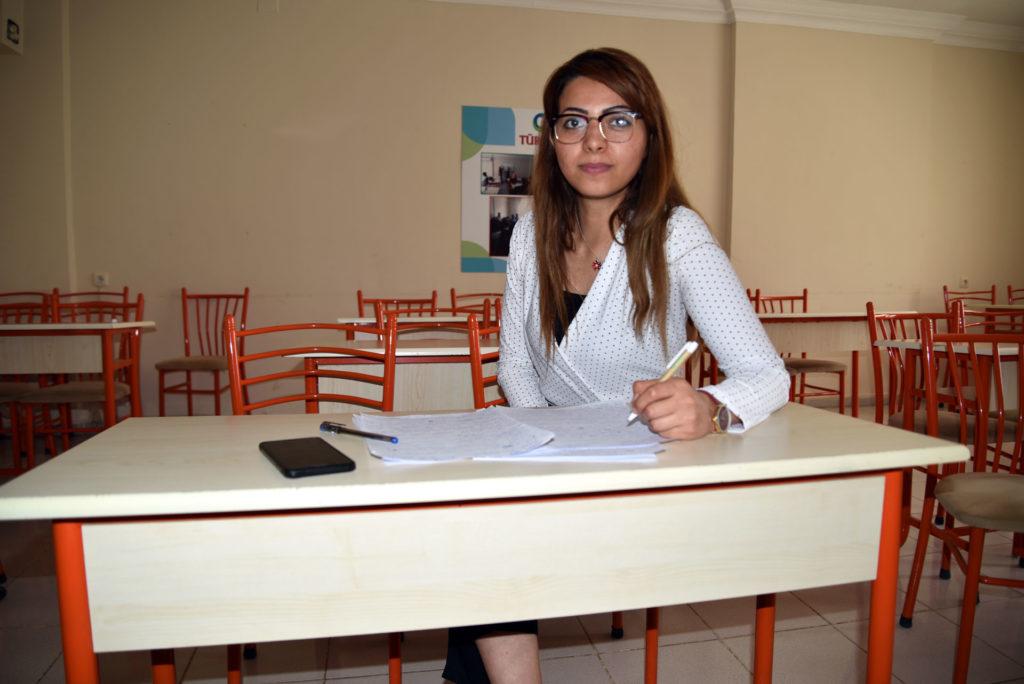 Syyriasta Turkkiin paennut Imili istuu turkin kielen oppitunnilla