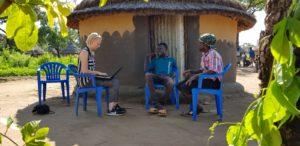 Suomen Pakolaisavun vapaaehtoinen tiedottaja Ilse Kerminen haastattelee Pakolaisavun hyödynsaajaa Adjumanin pakolaisasutusalueella Ugandassa