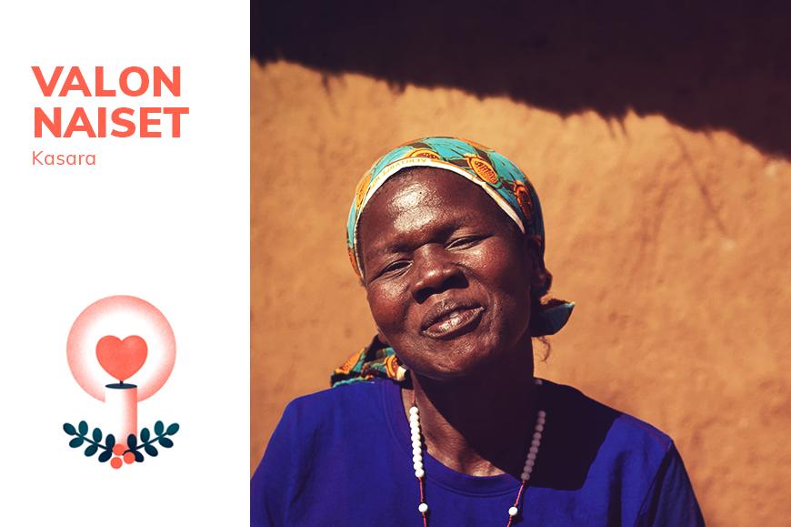 Pakolaisavun valon nainen Kasara hymyilee kameralle kotikylässään Ugandassa