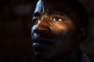 Henkilökuva Chance Innocencesta, pakolaismiehestä Ugandassa