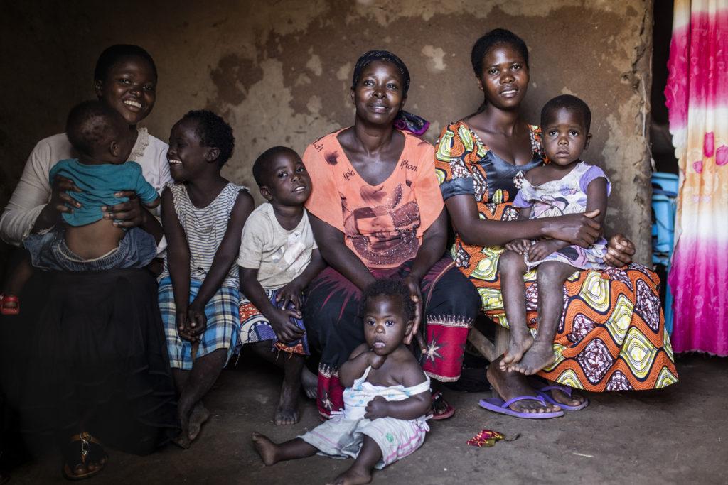 Pakolaisavun hyödynsaaja ja ilmastonmuutoksen vaikutukset kokenut Veronica Nyamaguru perheensä kanssa Kyanqwalin pakolaisasutusalueella Ugandassa