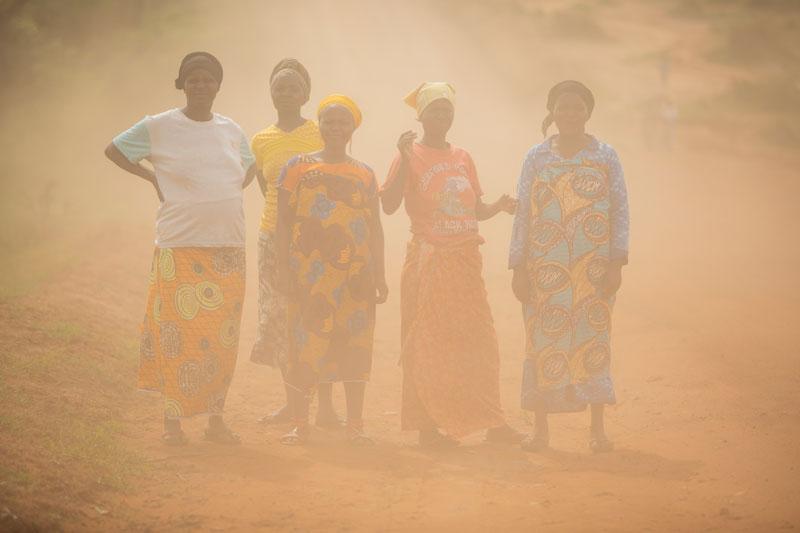 Naiset seisovat hiekkapölyssä Nakivalen pakolaisasutusalueella Ugandassa