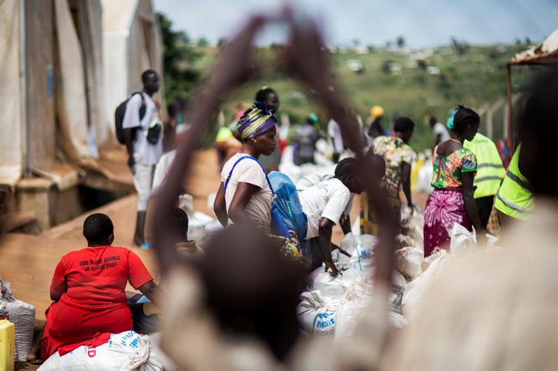 Pakolaisille jaetaan ruoka-avustuksia Ugandassa