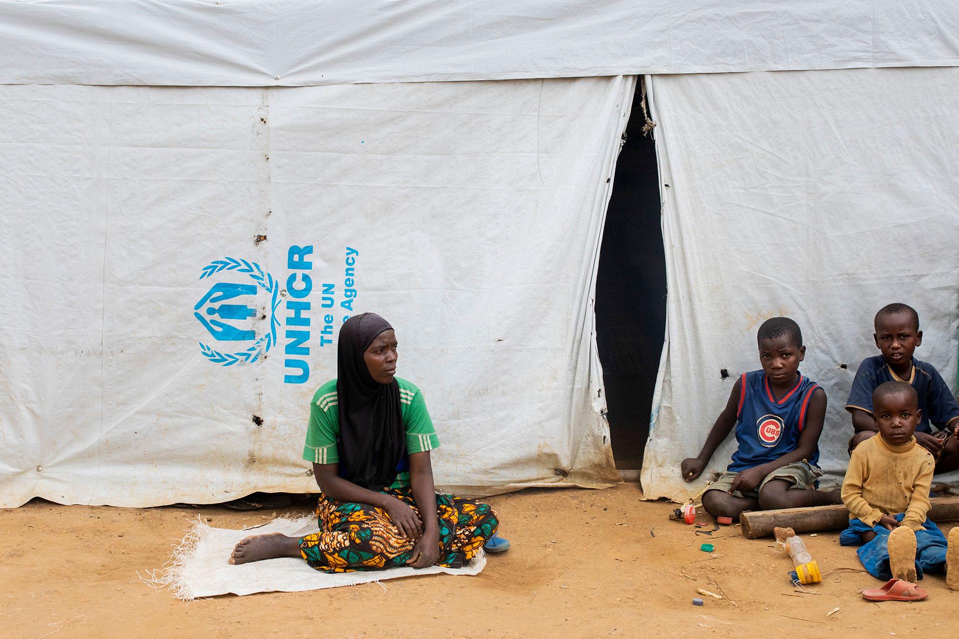 Pakolaisia UNHCR:n teltan edustalla