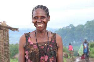 Kongolainen Gorgeta hymyilee pakolaisasutusalueella Ugandassa