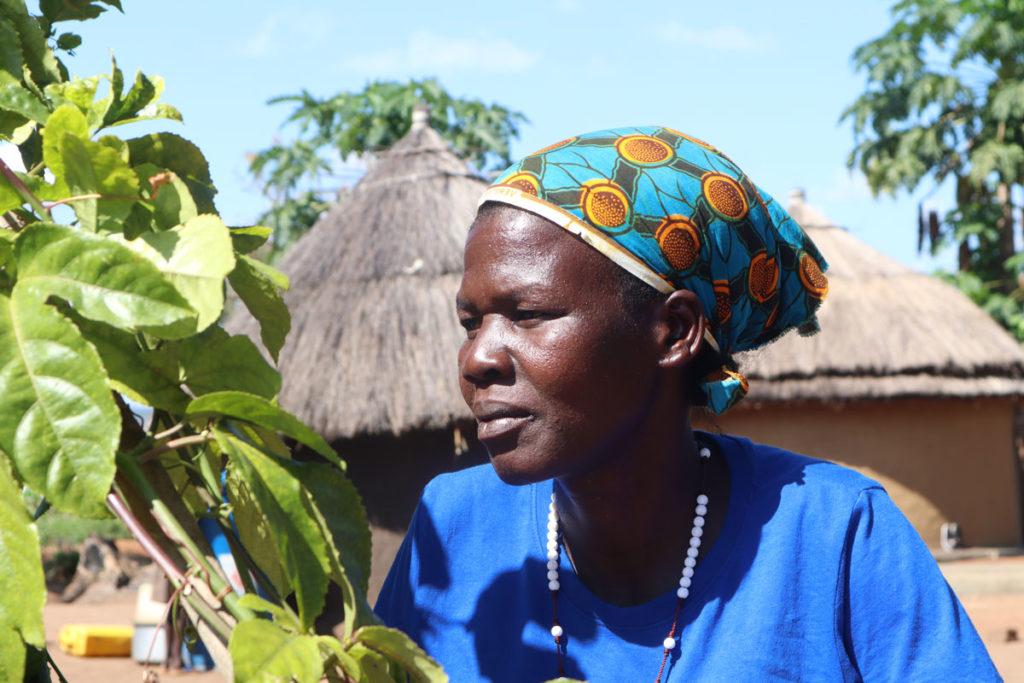 Etelä-Sudanista Ugandaan paennut yksinhuoltajaäiti Kasara pakolaisleirillä Ugandassa