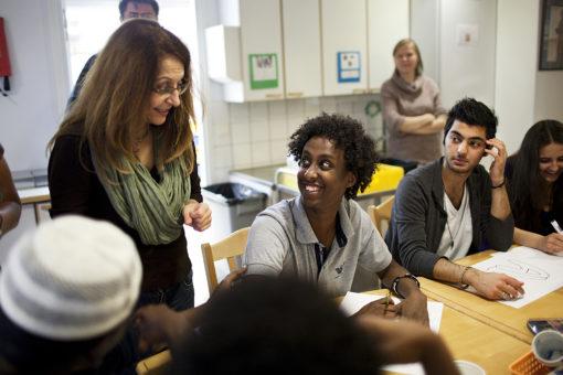 Pakolaisavun työntekijä neuvoo asiakkaita