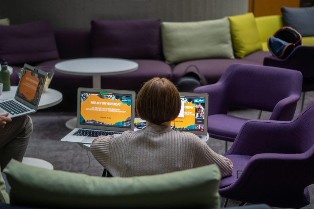 EM mainoskuva, jossa nainen istuu läppärin kanssa