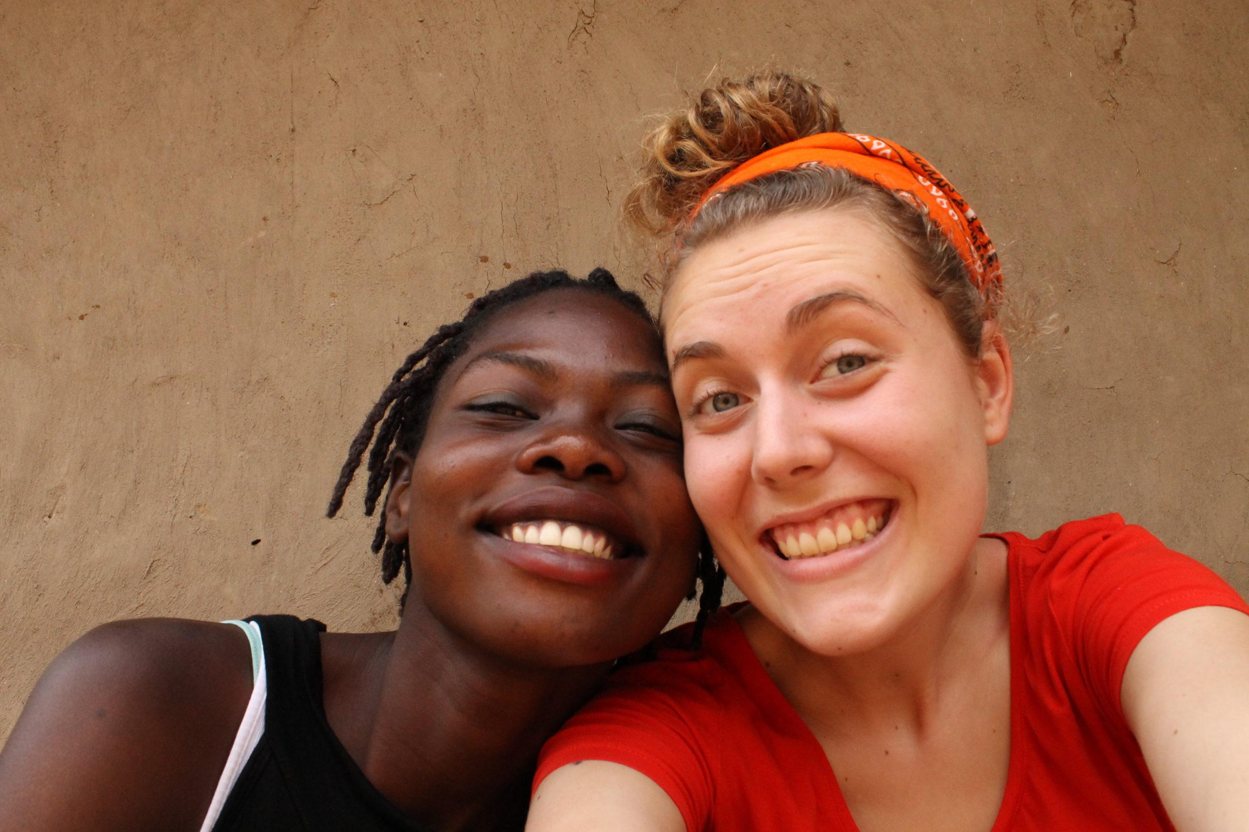 Globaalikasvattaja-mainos, jossa kaksi naista hymyilee