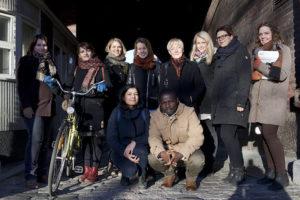 Kuvassa 10 Pakolaisavun vapaahetoista seisoo ryhmässä ja katsovat kameraan.