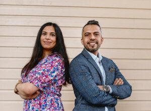 Vuoden oakolaiset 2021 Sara Al Husaini ja Ahmed Mesaedy poseeraavat hymyillen kameralle vaalean seinän edustalla.